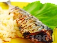 Печена цяла риба скумрия на фурна с гарнитура от варена паста с форма на ориз (орзо)